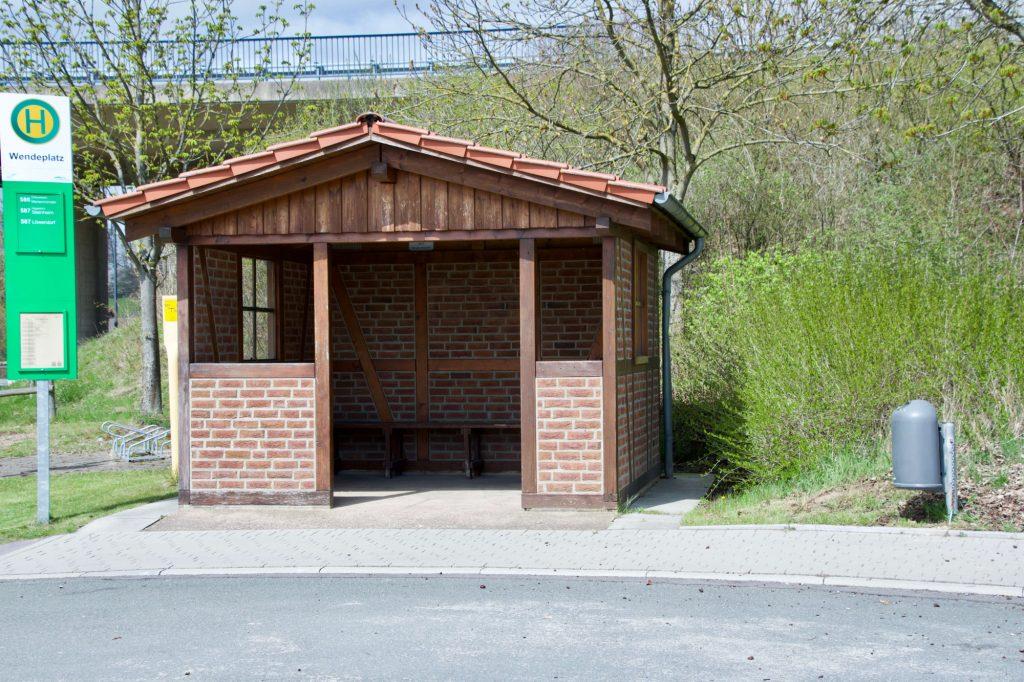Buswartehaus zwischen den Dörfern